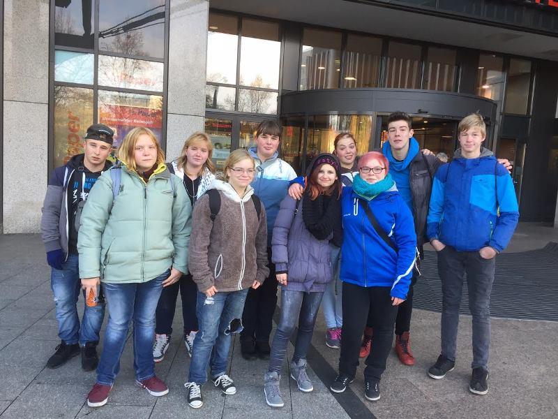 Bild 1 Klasse BBV.16-F vor dem Rathauscenter